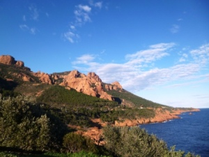 The stunning Corniche d'Or of the Esterel mountains, which can be seen from the boat trip between Nice and St Tropez