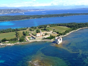 The beautiful Ile de Lérins all lined up, with Ile Saint Honorat in the foreground, Ile Sainte Marguerite in the middle and Cannes at the back