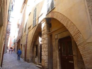 """Villefranche's """"high street"""", rue du Poilu"""